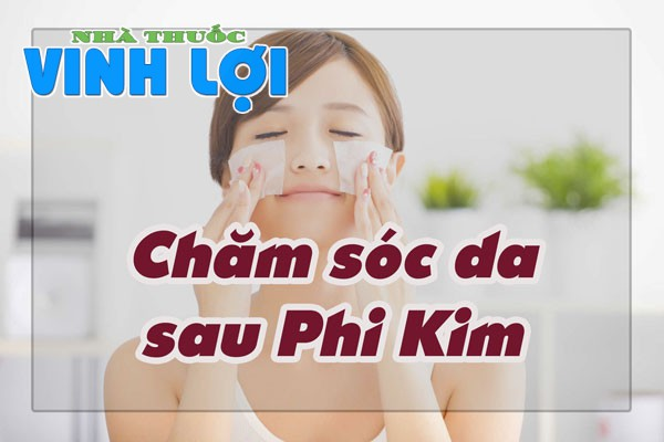 Dùng gạc thấm nước muối sinh lý hoặc nước sạch và lau da mặt